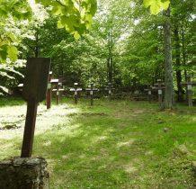 zachował się tylko kopiec z kamiennym krzyżem na ścianie ogrodzenia