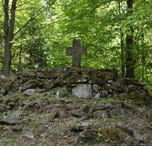kopiec z kamiennym krzyżem