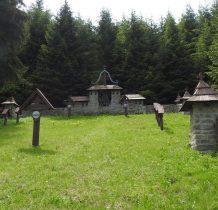 kamienny pomnik w kształcie ściany