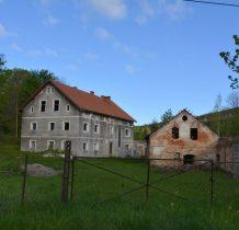 obok starych,remontowanych budynków