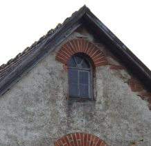 i okienkiem pod szczytem