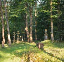 cmentarz przykościelny z nagrobkami z piaskowca