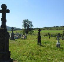 z tyłu kościoła zabytkowy łemkowski cmentarz