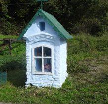zabytkowa kapliczka przy lokalnej drodze w Nowej Wsi