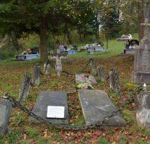 na olchowieckim cmentarzu zabytkowe nagrobki  i te nowsze