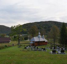 widok na cerkiew i wioskę ze wzgórza cmentarnego
