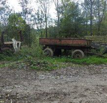 park maszyn przy starym gospodarstwie