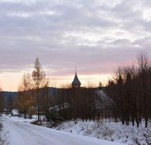 wieżyczka kościoła w Tarnawie Niżnej-wzniesienia w tle to już Ukraina