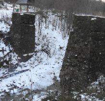 na potoku Roztoka przyczółki  dawnego mostu kolejki leśnej