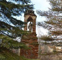 przy wejściu kolumnowa kapliczka z Nepomucenem