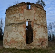 przy ruinach był pałac ale nie przetrwał I wojny światowej