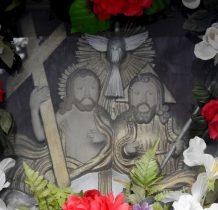 Wewnatrz wnęki kapliczki obraz przedstawiajacy Trójcę Święta z gołebica