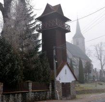 Obok kościoła wieża strażnicza na małej remizie strażackiej