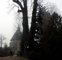 Obok drewnianego kościółka nowy