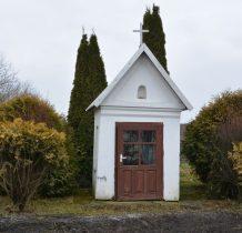 przy zabudowaniach kapliczka