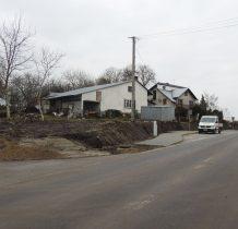 nieliczne zabudowania wioski przy granicy