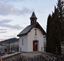 na cmentarzu zabytkowa kapliczka