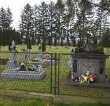 cmentarz- jak podobne w tych okolicach-podzielony na część stara i nowa