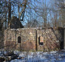 dochodzimy do ruin kaplicy z XVIII wieku