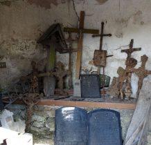 stare krzyże i tablice nagrobne