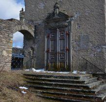 przejście na dziedziniec kościoła