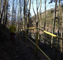 wytyczona ścieżka schodzimy do zbiornika