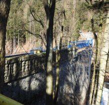 kamienna zapora z retencyjnym zbiornikiem przeciwpowodziowym