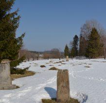 w kępie drzew naprzeciwko-miejsce po tutejszej cerkwi