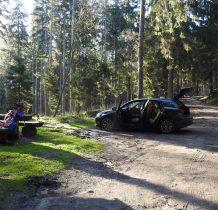 na parkingu leśnym w Pokrzywnie nieopodal mostku na potoku Duna Górna gdzie zaczyna się Droga Stanisława