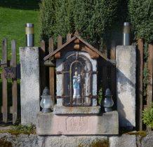 kapliczka przy bramce na posesję