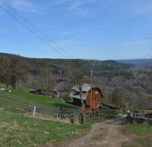 przy tym pięknym domku kończą się płyty na drodze-dalej pójdziemy gruntową wśród łąk