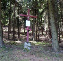 przy leśnej drodze krzyż