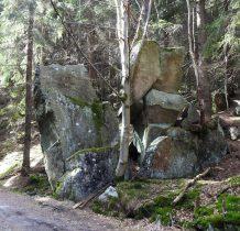 skała z inskrypcją upamiętniającą budowe drogi