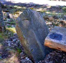 oraz data osadzenia obelisku-1906 rok-napisy obecnie nie są widoczne