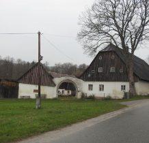 mijamy zabytkowe budynki wioski