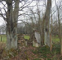 przy nas ruina kaplicy,obok droga polna,którą zaczniemy wędrówkę