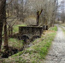 ciekawy mostek z bramą wjazdową