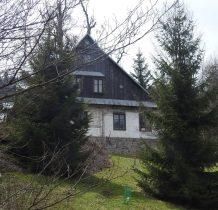 wyżej domek kamienno-drewniany