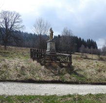 stara figura Chrystusa na kamiennym cokole