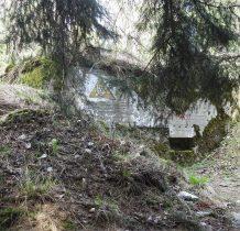 teraz ukryty w lesie-jednoizbowy dla dwóch żołnierzy-po wojnie służył jako składowisko odpadów chemicznych(środków ochrony roślin)