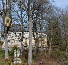 obok ruin dworu zabytkowy kościół z 1716 roku