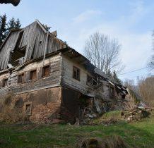 obok ruiny budynku,który przez krótki okres pełnił funkcję szkoły