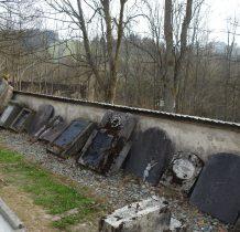 przy kościele pozostałości płyt nagrobnych z przykościelnego cmentarza