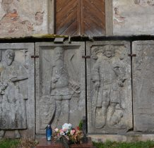epitafia-renesansowe płyty nagrobne,wśród nich płyta sołtysa Niemojowa zmarłego w 1593 roku