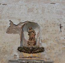 w niszy na ścianie figura Matki Bożej