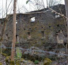 teren prywatny,ogrodzony-nic się nie dzieje-aż trudno sobie wyobrazić,że przetrwał wojnę w całości...