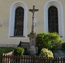 przy południowej elewacji kościoła piaskowcowy krucyfiks