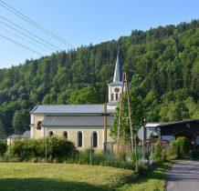 wcześniejsze kościoły-luterański z 1566roku oraz już katolicki z 1634 roku mieściły sie w górnej części wsi
