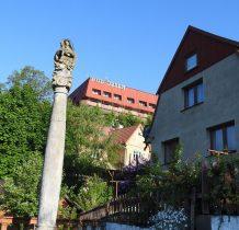 kamienna kolumna maryjna ludowego rzeźbiarza
