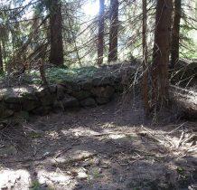 przechodzimy lasem obok takich kamiennych konstrukcji